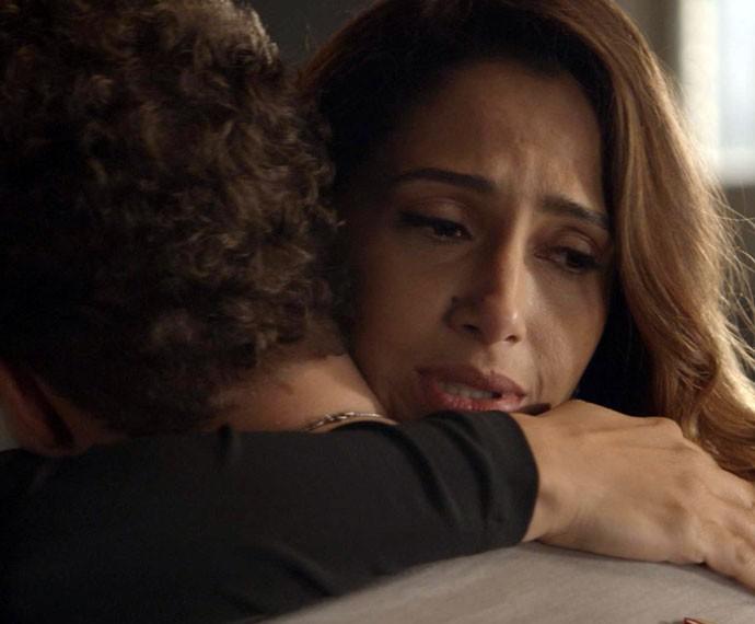 Regina vai atrás do ex na casa dele (Foto: TV Globo)
