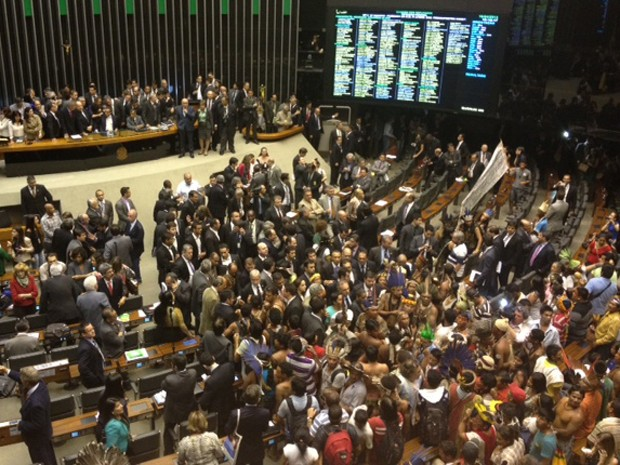 Imagem do plenário da Câmara depois da ocupação dos índios (Foto: Nathalia Passarinho / G1)