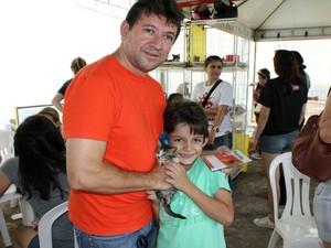 Gustavo pediu para adotar um gato. O pai, Valdir, foi com o filho (Foto: Ivanete Damasceno/G1)