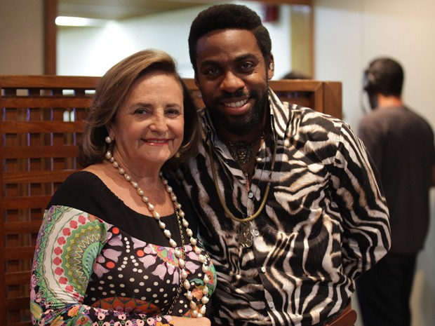 Lucinha posa com Lázaro Ramos nos bastidores das gravações (Foto: Pedro Curi/TV Globo)