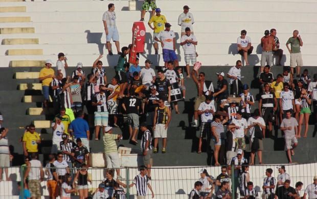 Torcida ABC comemora gol do Bragantino (Foto: Carlos Cruz/GloboEsporte.com)
