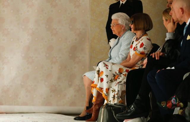 Rainha Elizabeth II com Anna Wintour na fila A de Richard Quinn (Foto: Reprodução/Now Fashion)
