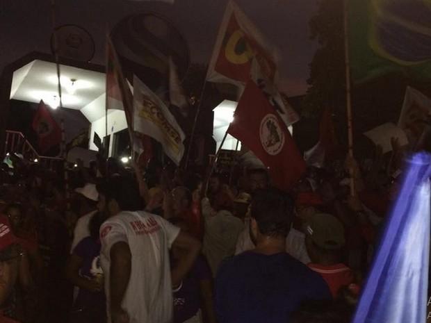 Protesto foi encerrado na porta da TV Sergipe no Bairro Cidade Nova (Foto: Tassio Andrade/G1)