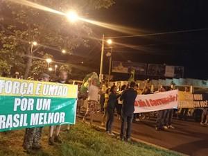 Com faixas, os manifestantes se reuniram em Bauru  (Foto: Renata Marconi/ G1 )