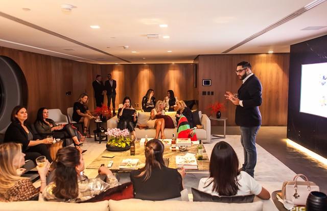 Ricardo Barrero apresenta os uísques no evento no hotel Unique (Foto: Charles Naseh)