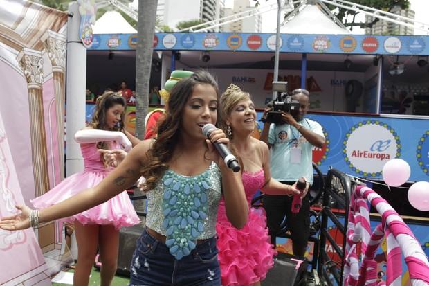 Carla Perez e Anitta no trio elétrico Algodão Doce (Foto: Wallace Barbosa/AgNews)