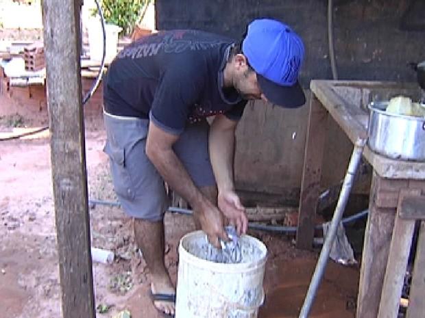 Morador de loteamento irregular em Rio Preto pega água em poço (Foto: Reprodução / TV Tem)