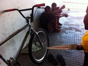 Adolescentes de 16 e 17 anos foram detidos e faca usada no crime apreendida pela polícia (Foto: Matheus Magalhães/G1)