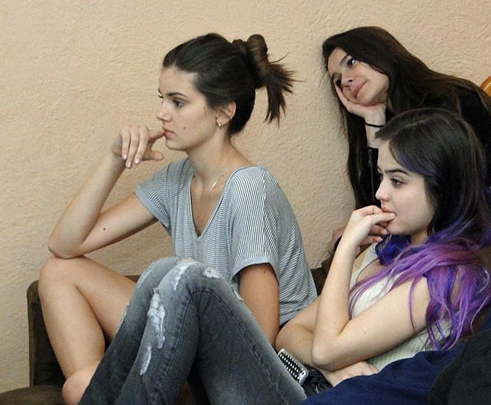 Camila Queiroz assistiu à cena com os colegas do elenco (Foto: Fabio Rosso/ Gshow)