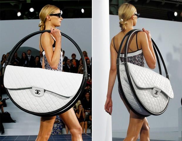 Na passarela da Chanel o controverso modelo criado por Karl Lagerfeld ilustrava bem o retorno das bolsas em tamanhos maiores (Foto: Reprodução)