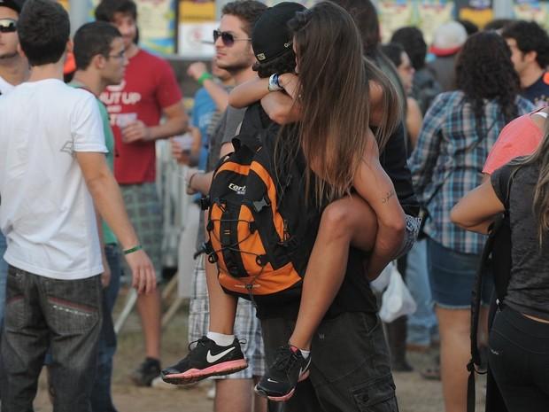 Caio Castro carrega morena nos braços  (Foto: Agnews/ agnews)