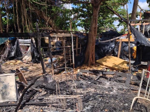 Fogo atingiu pelo menos três barracas em comunidade. (Foto: Kety Marinho/TV Globo)