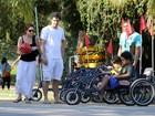Drica Moraes passeia com o filho