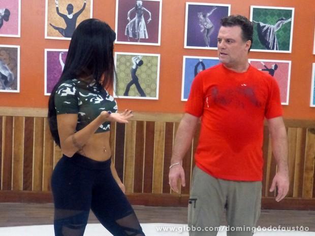 Adriano Garib presta atenção às orientações de Aline Riscado (Foto: Domingão do Faustão / TV Globo)