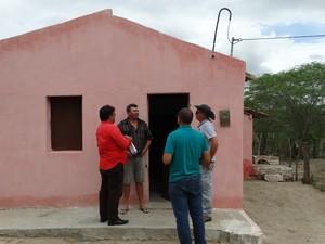 Técnicos do LabSis estiveram na zona rural de São Caetano com o coordenador da Defesa Civil do município (Foto: Paula Cavalcante/ G1)
