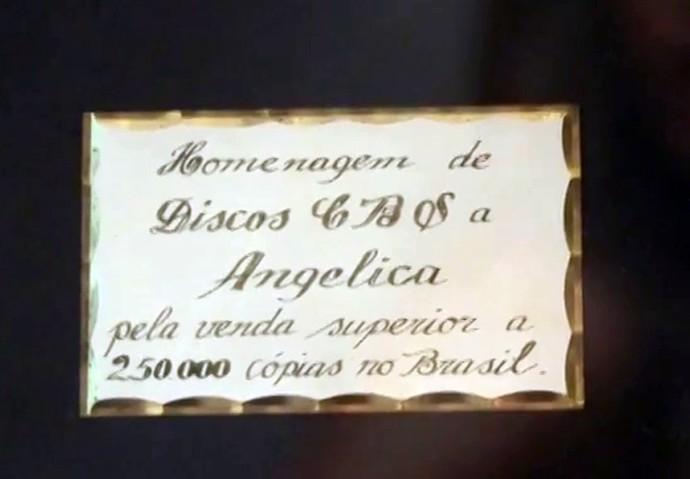A inscrição em um dos seus discos de ouro, pela venda de mais de 250 mil cópias no Brasil (Foto: Gshow)