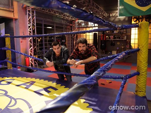 Com a ajuda de Gael, Duca se esforça para ser um grande lutador (Foto: Raphael Dias / TV Globo)