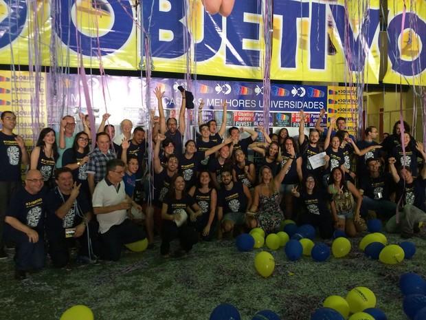 Aprovados comemoram o sucesso no cursinho Objetivo (Foto: Laura Lewer/ G1)