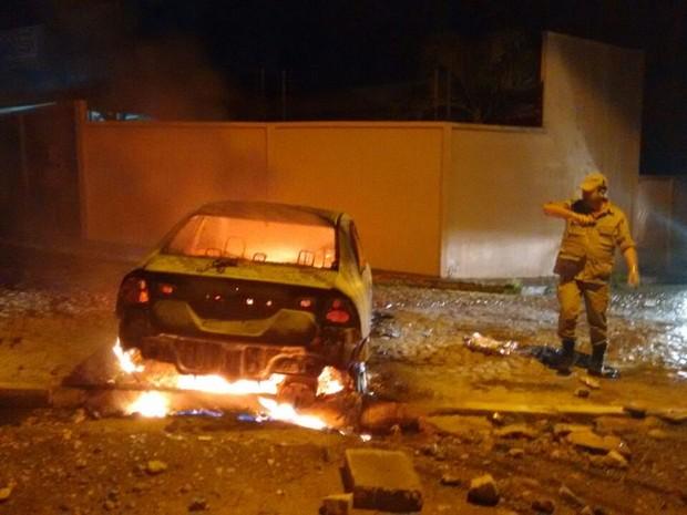 Veículo ficou completamente destrído pelo fogo em Água Branca (Foto: Divulgação/Polícia Civil)