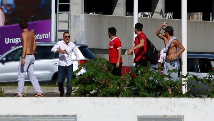 Homem armado entra em conflito com torcedores do Inter  (Foto: Tomás Hammes)