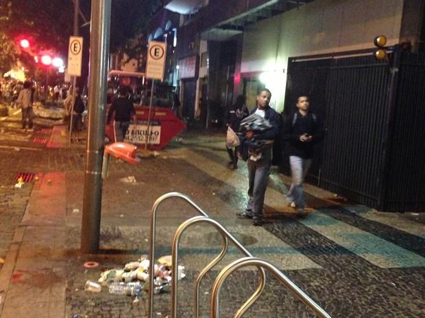 Jovens saqueando a Toulon em foto tirada por uma moradora com seu celular (Foto: Foto de moradora)