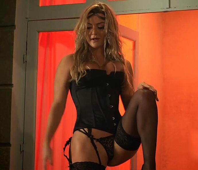 Laura Keller em cenas quentes (Foto: TV Globo)