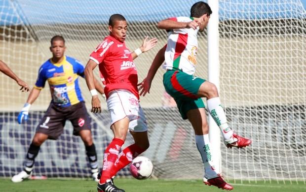 Luis Marques, do Vila Nova, disputa jogada no Serra Dourada  (Foto: Cristiano Borges / O Popular)