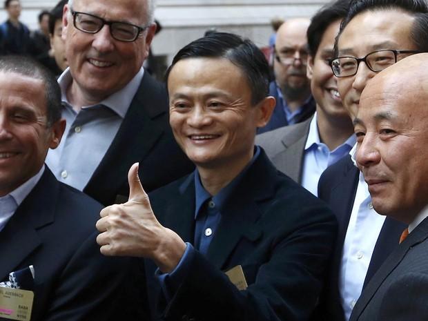 O fundador do grupo Alibaba faz gesto de positivo posando para fotos ao chegar na Bolsa de Valores de Nova York, no dia em que faz a oferta pública inicial de ações (IPO, na sigla em inglês) de seu grupo no mercado (Foto: Lucas Jackson/Reuters)