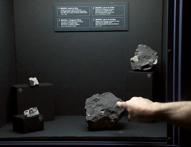 Os meteoritos começam a ser expostos ao público do museu nesta quinta (Foto: Jacques Demarthon/AFP)