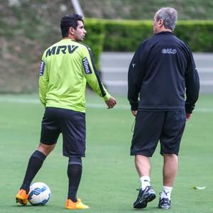 Guilherme e Levir Culpi conversam durante treino do Atlético-MG (Foto: Bruno Cantini/Flickr do Atlético-MG)