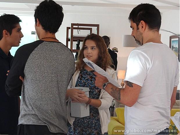 O diretor geral da novela, Vinícius Coimbra, ensaia com os atores (Foto: Malhação / TV Globo)