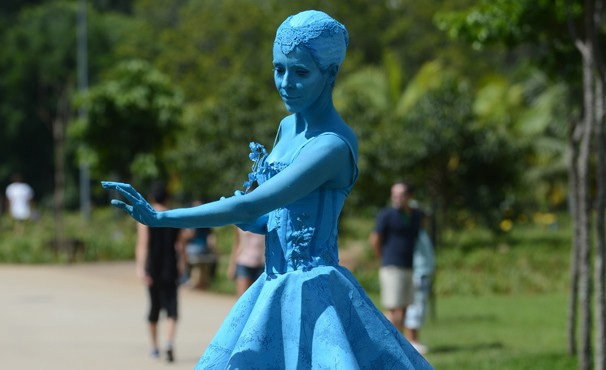 Irene adota um novo nome e se dedica a contar histórias e em ser uma estátua viva (Foto: TV Globo/Zé Paulo Cardeal)