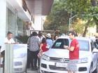 Rock in Rio: Seal atende fãs e distribui autógrafos em entrada de hotel
