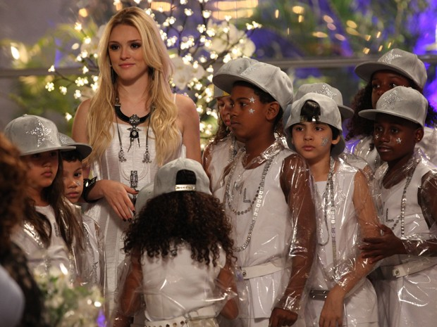 Megan prepara a apresentação das crianças da Plugar e Davi adora (Foto: Carol Caminha/Gshow)
