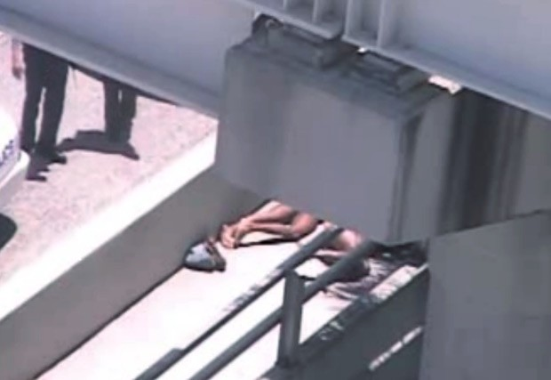 Imagem de vídeo mostra policiais próximo ao corpo dos envolvidos no crime ocorrido neste sábado (26) em Miami (Foto: AP)