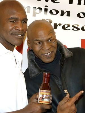Mike Tyson e Holyfield juntos durante evento (Foto: AP)