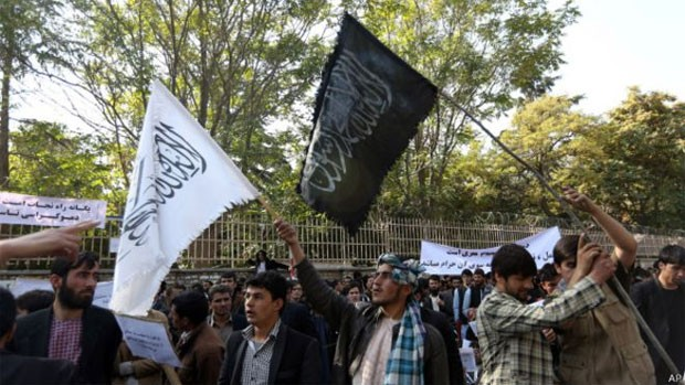 Bandeiras brancas do Talebã vêm sendo substituídas por bandeiras negras do Estado Islâmico no Afeganistão  (Foto: AP)