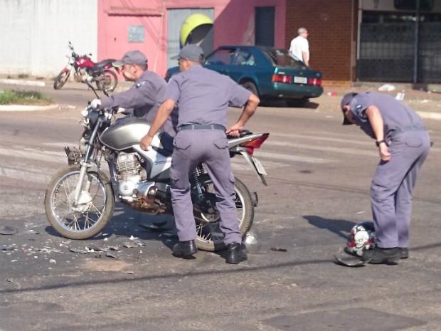 Bombeiros fizeram remoção da motocicleta (Foto: Gláucia Souza / G1)