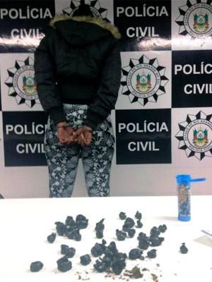 Suspeita foi presa com pequena quantidade de drogas (Foto: Polícia Civil/Divulgação)