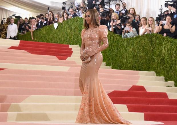 Beyoncé de look Givenchy por Riccardo Tisci confeccionado por Atsuko Kudo (Foto: Getty Images)