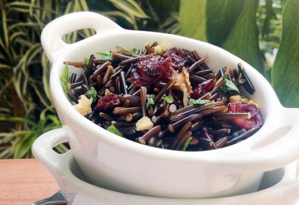 Salada de arroz selvagem com nozes e cranberries: rica no combate ao envelhecimento precoce e redução do colesterol