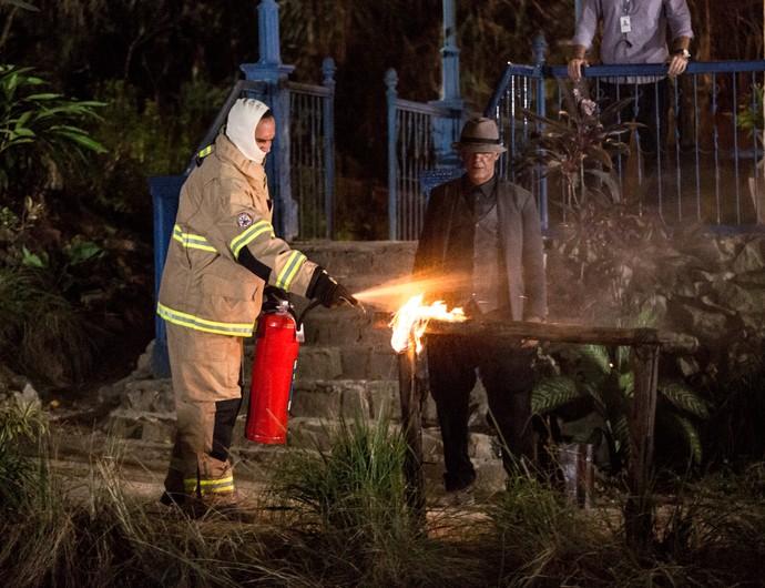 A cena contou com fogo cenográfico (Foto: Fabiano Battaglin/Gshow)