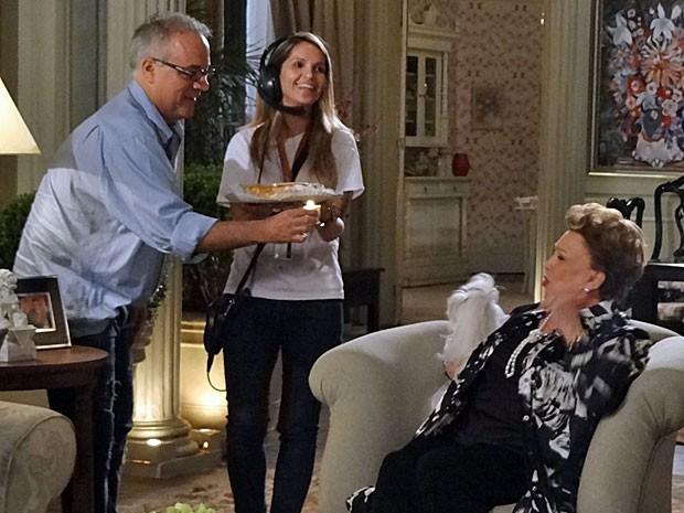 Nicette Bruno é surpreendida pelo diretor Luciano Sabino ao fim da gravação (Foto: Salve Jorge/TV Globo)