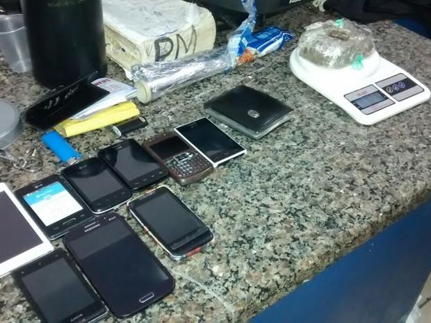 Foram apreendidos maconha, cocaína, aparelhos celulares e outros objetos (Foto: Wesley Wagner)