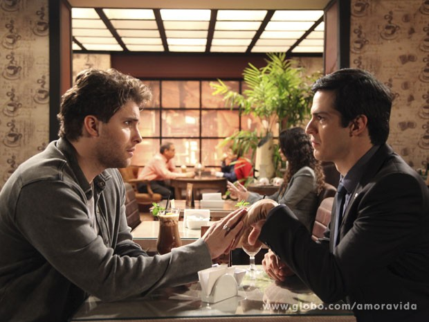 Niko e Félix almoçam juntos (Foto: Jacson Voguel/Tv Globo)