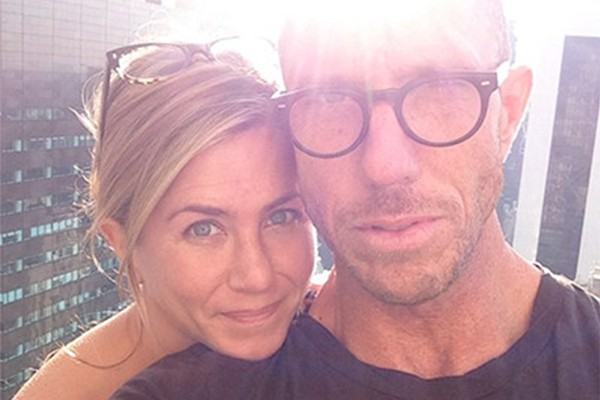 Ao lado de seu cabeleireiro, Jennifer Aniston perdeu o medo de mostrar seu rosto não maquiado (Foto: Instagram)