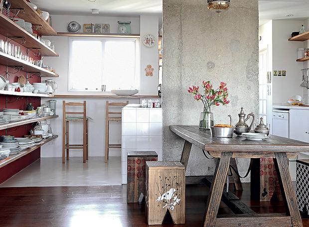 """A chef Cris Maccarone gosta de cozinhar para os amigos. As prateleiras de madeira de demolição têm mãos-francesas garimpadas por ela. """"Foi pensada para ser prática, com tudo à vista. Ficou estimulante para criar e comer"""", diz o arquiteto Carlos Verna (Foto: Marcelo Magnani/Casa e Jardim)"""