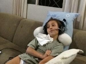 Alejandro já doente, recebendo tratamento de neuroacustica (Foto: Arquivo pessoal)