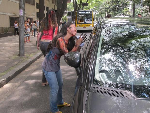 Mônica Fujimoto participa do trote da Faculdade de Direito da USP (Foto: Vanessa Fajardo/ G1)