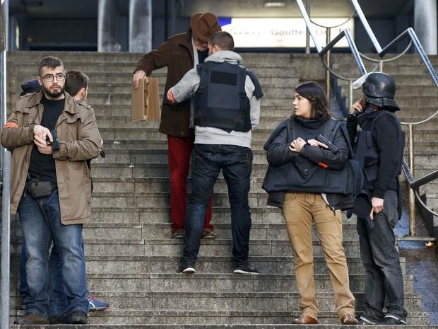 Policiais franceses inspecionam pedestres após incidente em delegacia de Paris nesta quinta-feira (7) (Foto: Philippe Wojazer/Reuters)